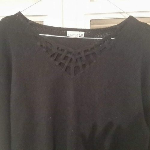 Pull noir simple avec joli detail