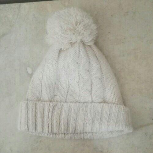 2 bonnets (l'une style noël)
